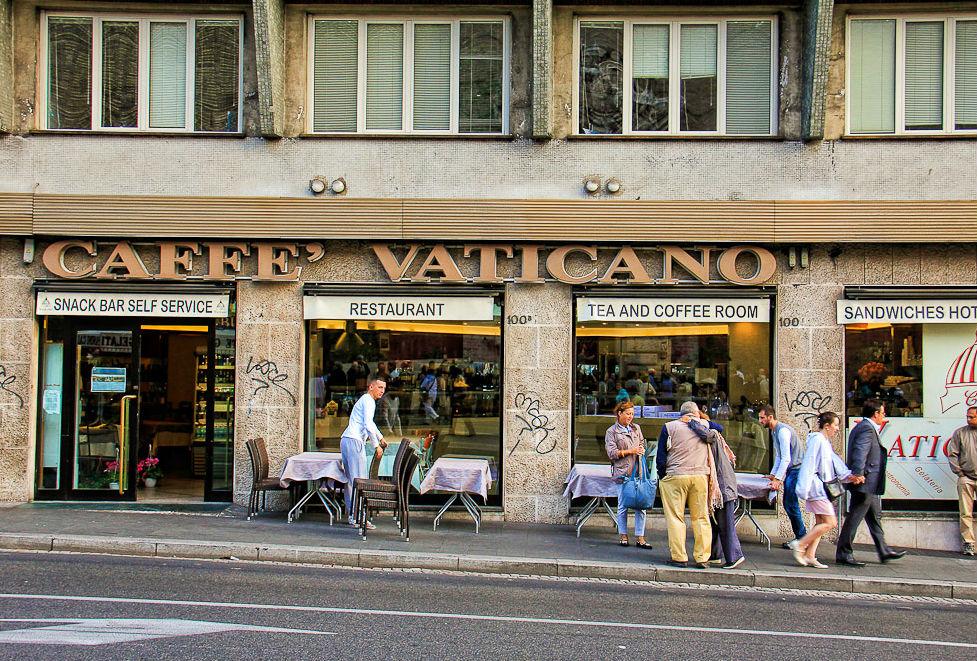 В Риме туристы потребовали закрыть кафе, в котором заплатили €81 за два гамбургера и кофе