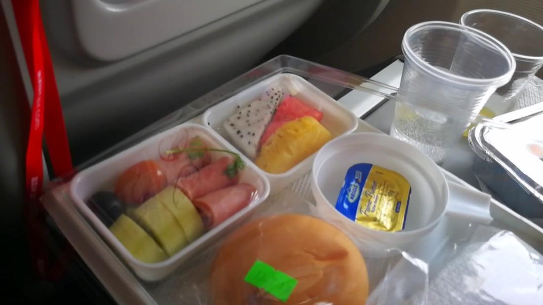 Azur Air получил предупреждение от прокуратуры в связи с отказом кормить пассажиров
