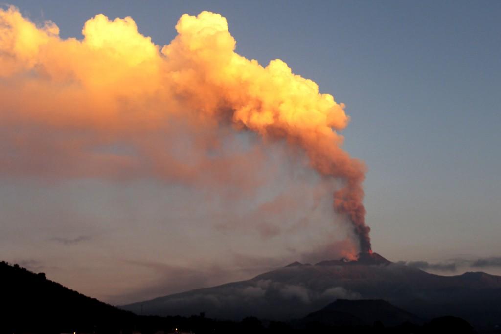 На Сицилии извергается Этна, туристов просят воздержаться от экскурсий к вулкану