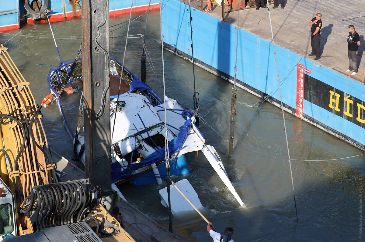 Огромный плавучий кран и тела погибших. Со дна Дуная подняли затонувший после столкновения катер