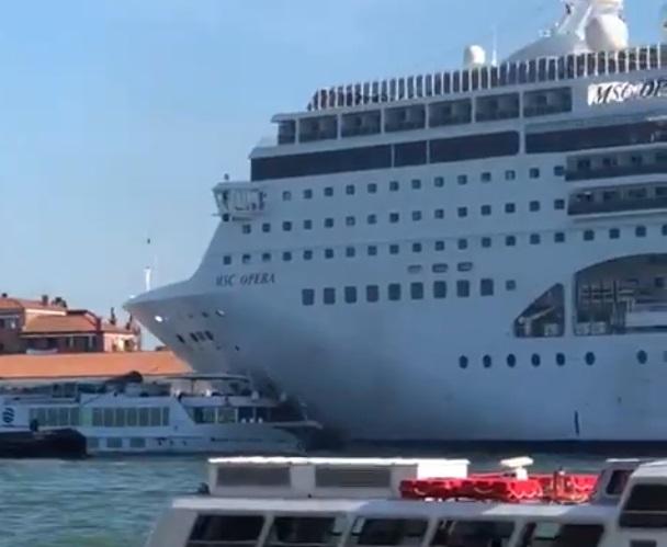 В Венеции круизный лайнер столкнулся с прогулочным катером