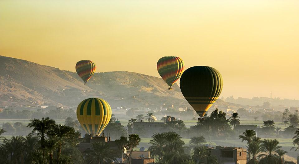 В Луксоре воздушный шар с 11 туристами унесло в горы