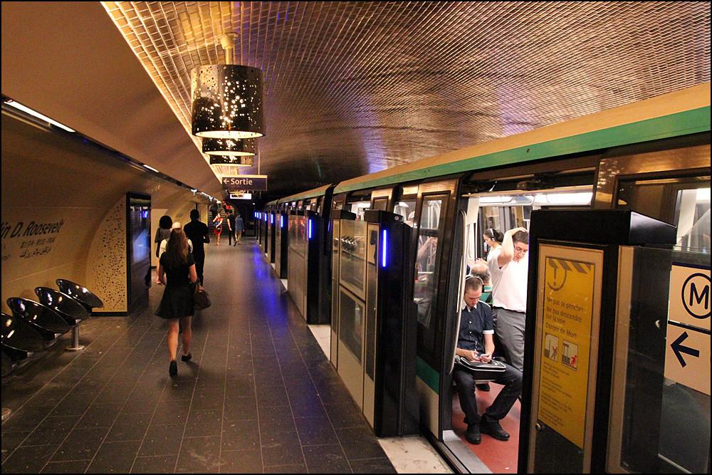 В Париже для туристов вместо картонных билетов ввели новый пластиковый проездной в метро