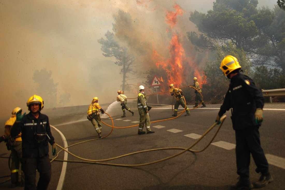 В 70 км от курортов Испании тушат крупный лесной пожар