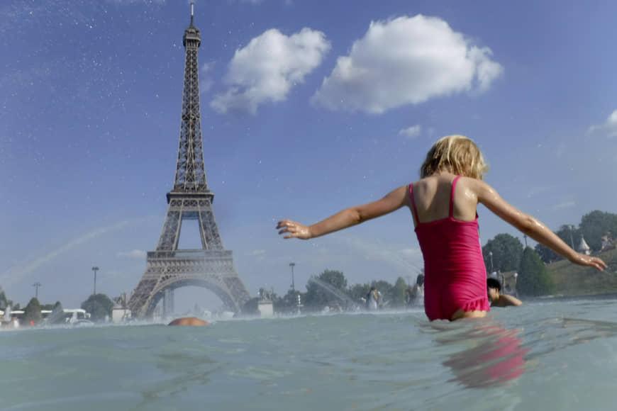 Жара захлестнула Европу: в Германии 43°C, в Париже и Риме туристы спасаются мороженом и фонтанами