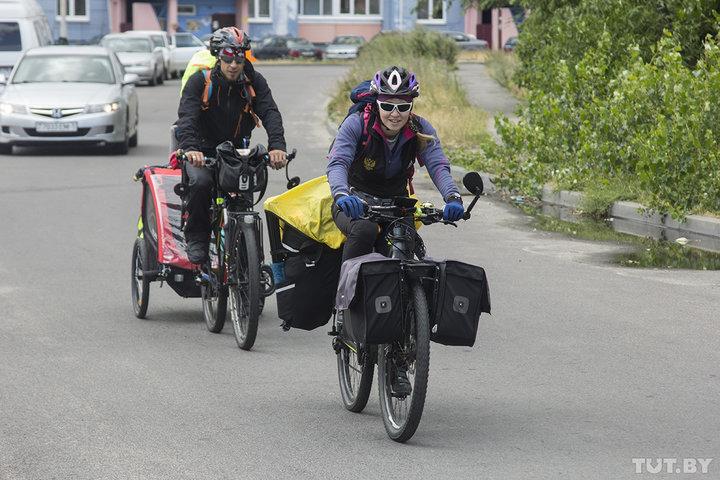 «Вы классные». Семья из Ханты-Мансийска ездит по Беларуси на велосипедах с дочкой и сыном-грудничком