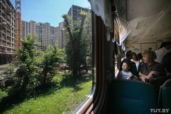 «Раньше взгляд не упирался в дома». Что сейчас видно из поезда Детской железной дороги