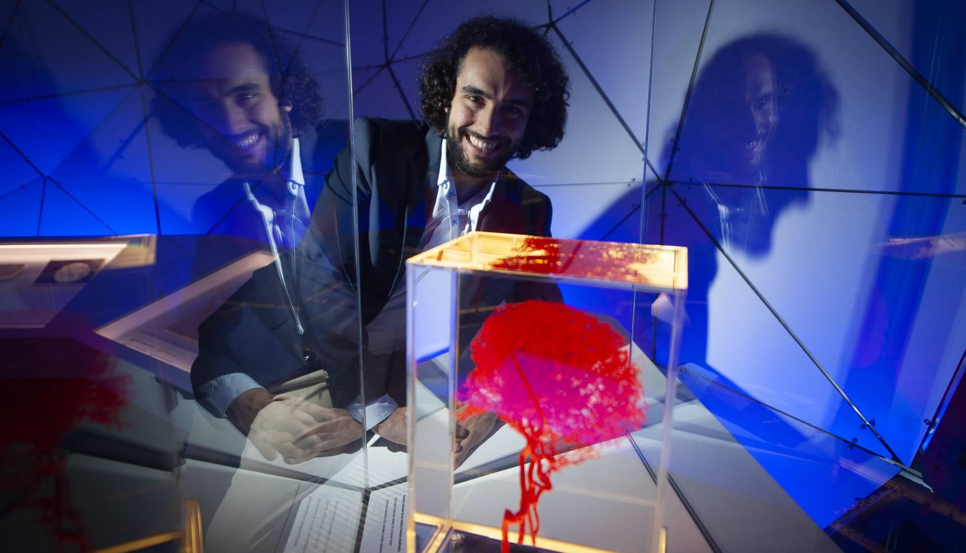 Испанский ученый и поэт исследует возможности лечения рассеянного склероза
