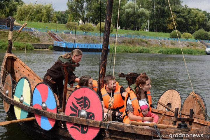 Теперь в Гродно по Неману можно покататься на деревянной ладье викингов