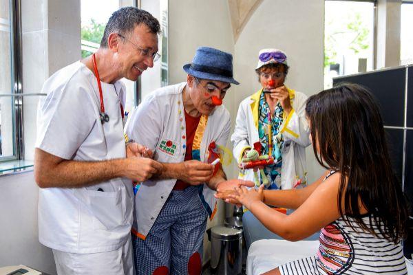 В клинике Пальма-де-Майорка педиатры вместе с клоунами учат детей защищать кожу от солнца