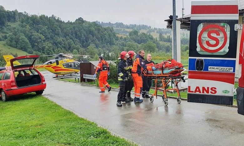 Молния ударила в группу туристов: 5 погибших и более 100 раненых