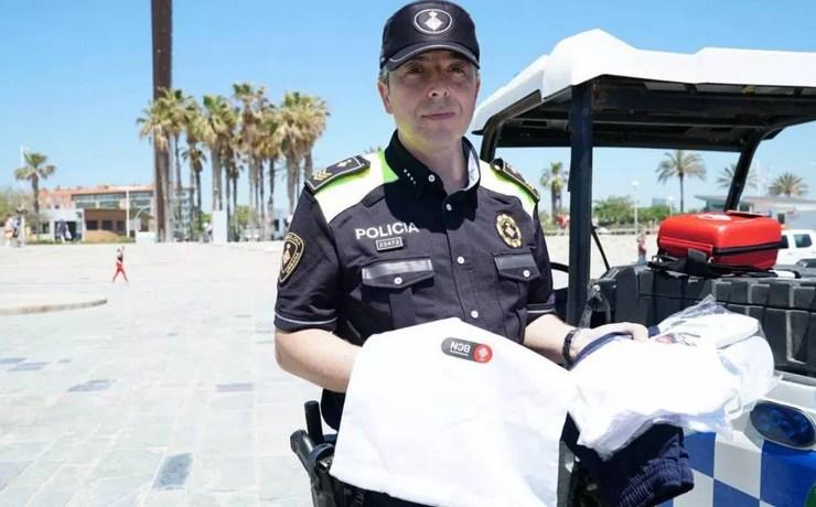 Воровство на пляжах Барселоны: полиция выдает туристам «наборы выживания»