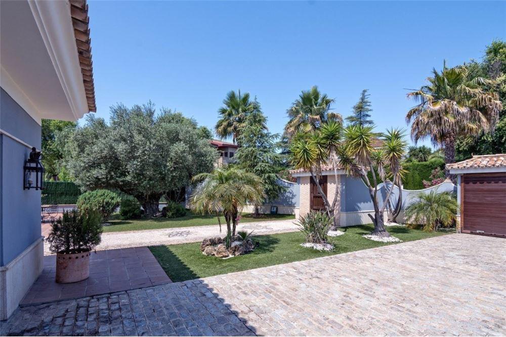Продается трехэтажный дом под Севильей