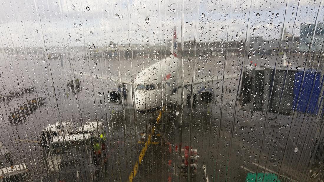 Непогода в Москве: в аэропортах массовые отмены и задержки рейсов