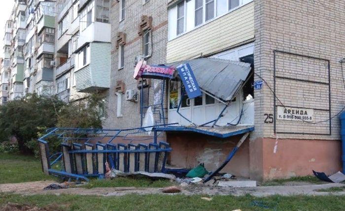 В Азове грузовик протаранил офис турагентства «Розовый Слон»