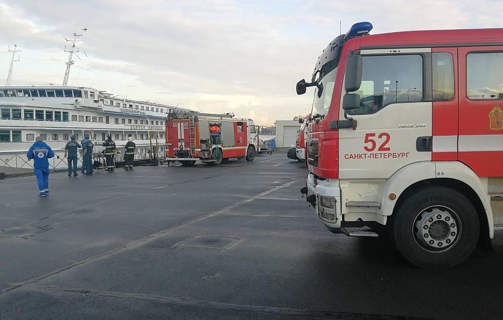 В Петербурге сгорел круизный теплоход, один человек погиб
