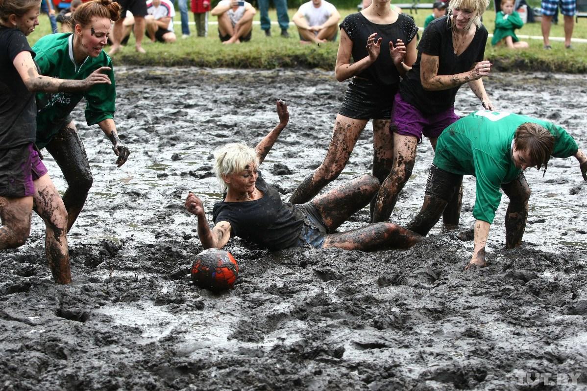 Смотрите, как на Августовском канале играли в болотный футбол и плавали «на чем попало»