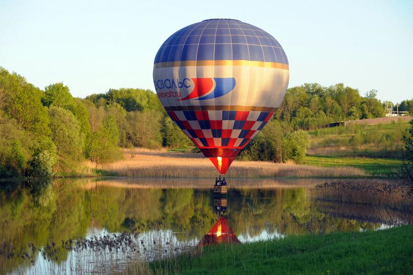 В Подмосковье загорелся и упал на столб воздушный шар с туристами