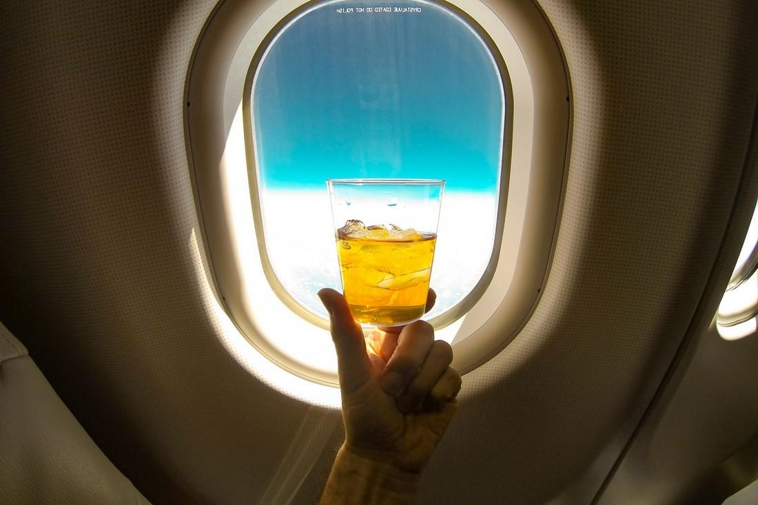 Видео: пьяная туристка устроила дебош на рейсе из Доминиканы и обмочилась