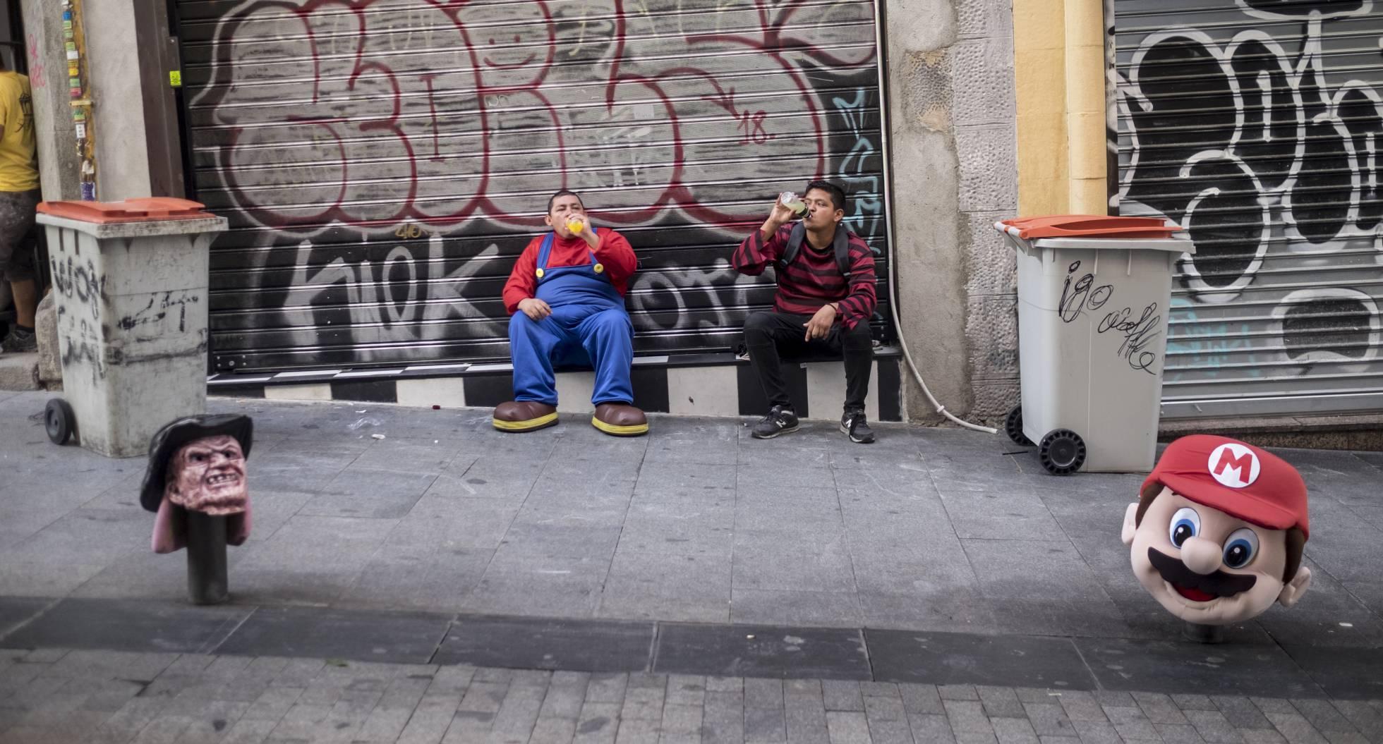 Жизнь в костюме куклы Чаки на площади Пуэрта-дель-Соль