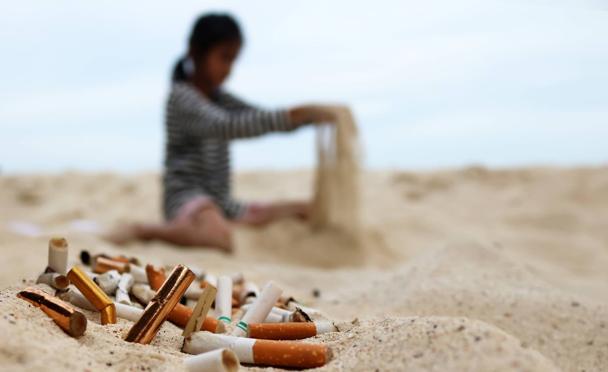 Активные жители Испании помогают очищать пляжи от окурков