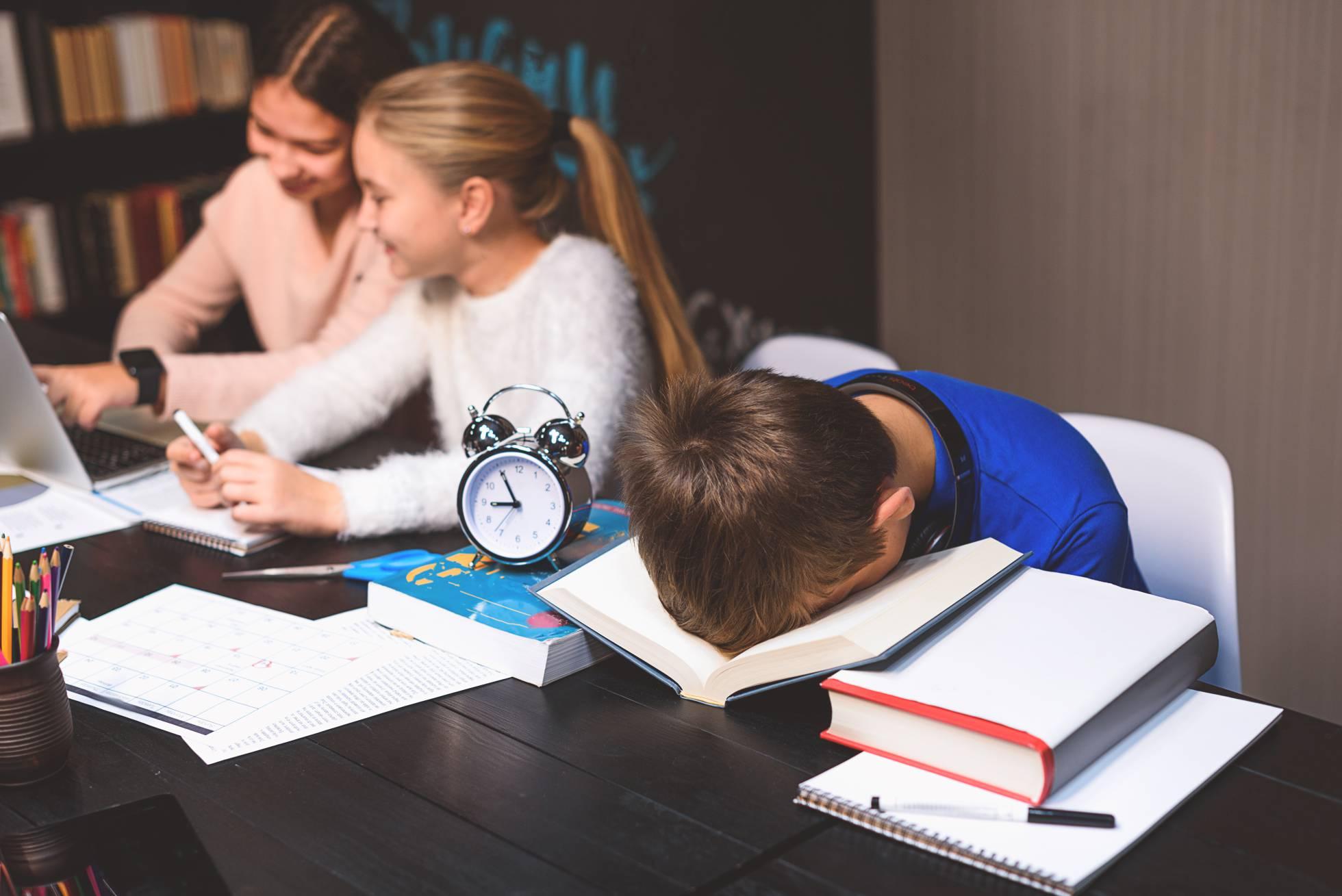 Как раннее время начала занятий в испанских школах влияет на самочувствие учеников?