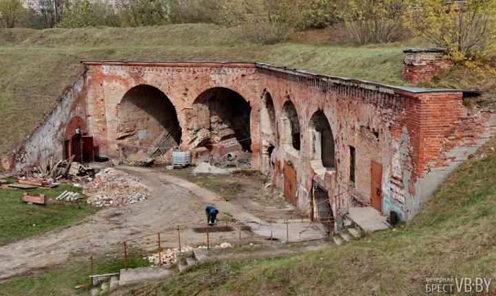 В Восточном форту Брестской крепости началась реставрация (но это не все)