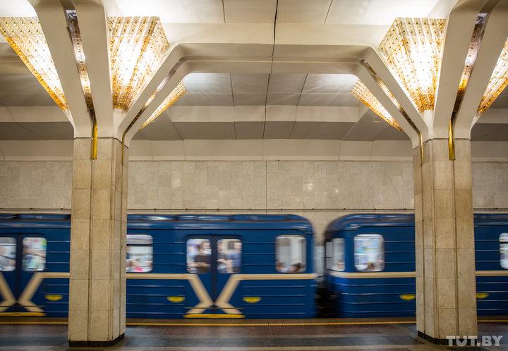«Немного сюрреалистично». Как в минском метро возвращают родную подсветку станций