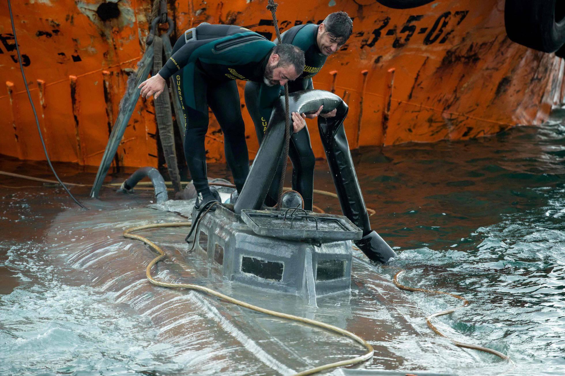 Испанская полиция изъяла более трёх тонн кокаина на подводном судне