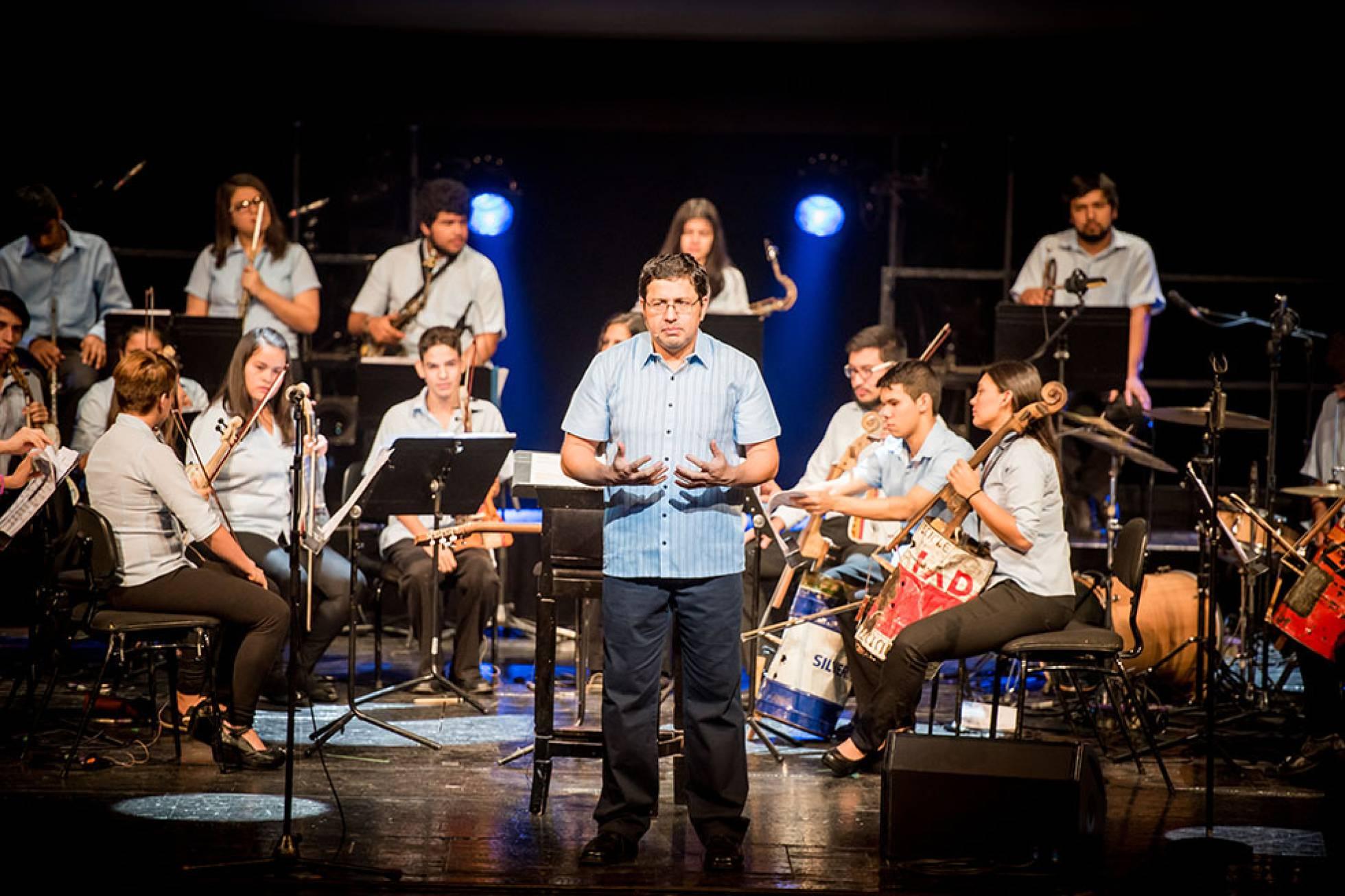 Мусор превращается в музыку или концерт с участием инструментов из переработанных материалов