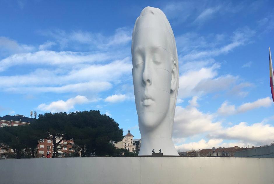 Гигантская скульптура появилась на одной из площадей Мадрида