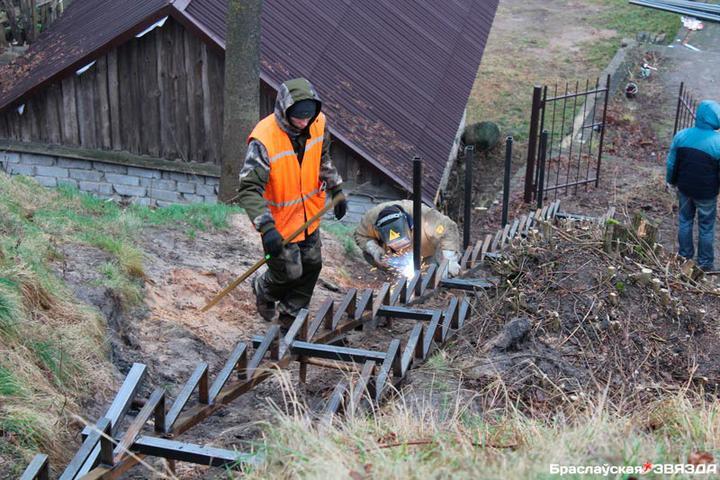 В Браславе строят новую лестницу на Замковую гору. Туристам больше не нужен опасный подъем