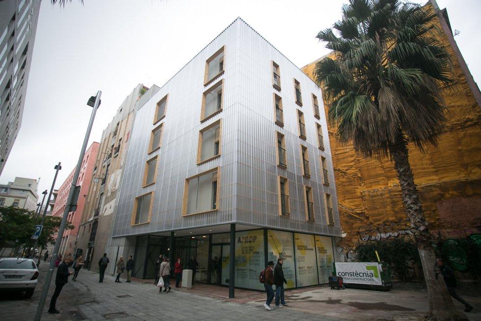 В Барселоне представили первый жилой дом, созданный из морских контейнеров