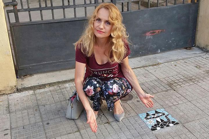 «Странная белоруска». Как минчанка переехала на Сицилию и превращает выбоины в объекты искусства