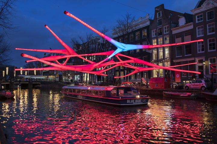 Амстердам ввел новый налог для путешественников. Бронирующие жилье через Airbnb будут платить больше