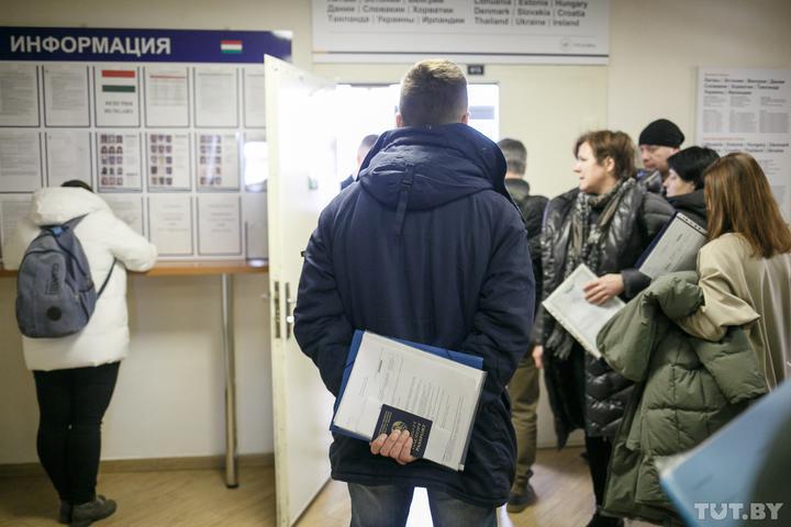 «Это никого не останавливает». Что происходит в визовых центрах, когда шенген стал 80 евро