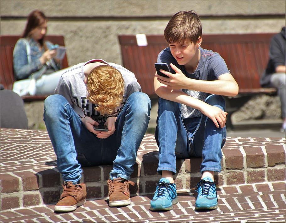 В регионе Мадрид готовятся ограничить использование мобильных телефонов в школах