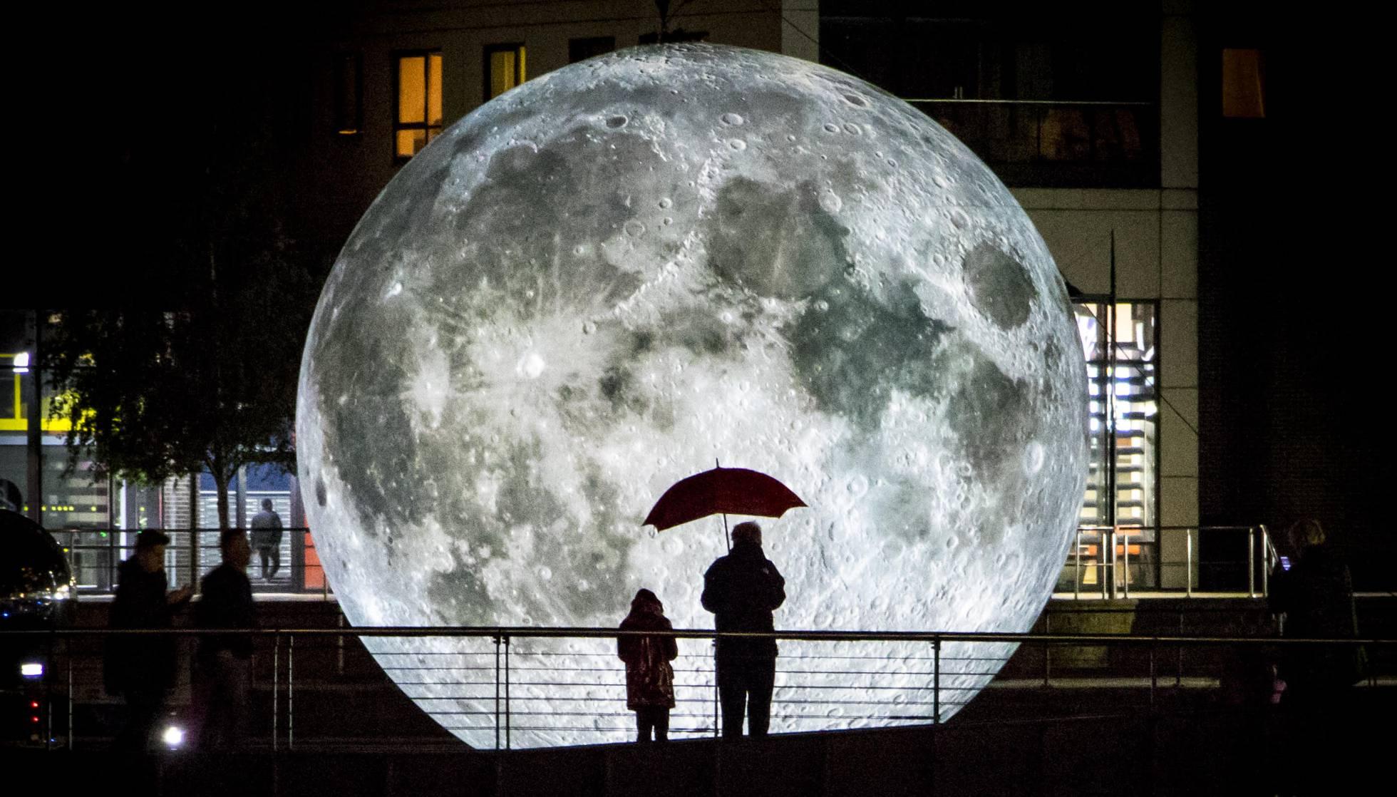 Район Poblenou в Барселоне наполняется световыми инсталляциями
