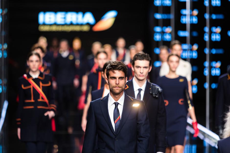Экипаж испанской авиакомпании Iberia снова одевает дизайнер из Каталонии
