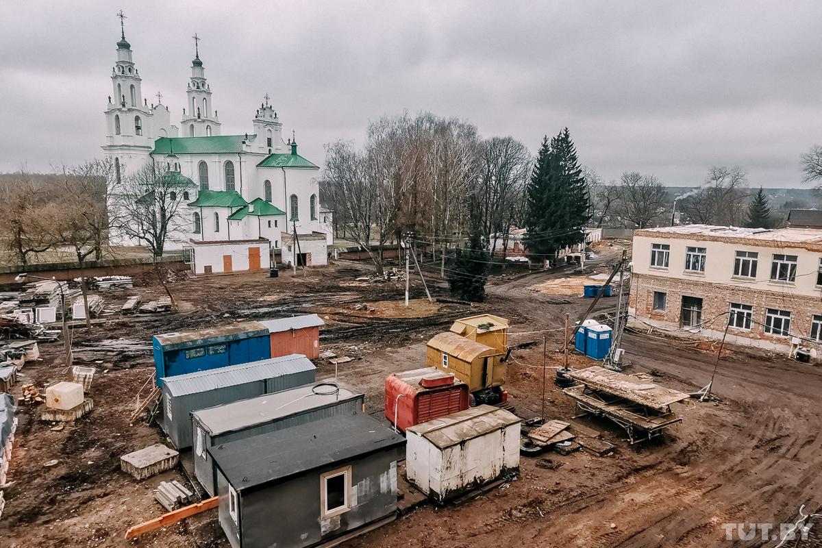 «Рабочие не ступят шагу без археологов». Как в Полоцке возле Софии строят кадетский корпус - а местные против