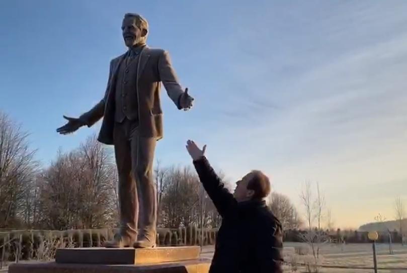 Внук Станюты о памятнике основателю «Даны» на улице в честь актрисы: «Почему они строят что хотят?»