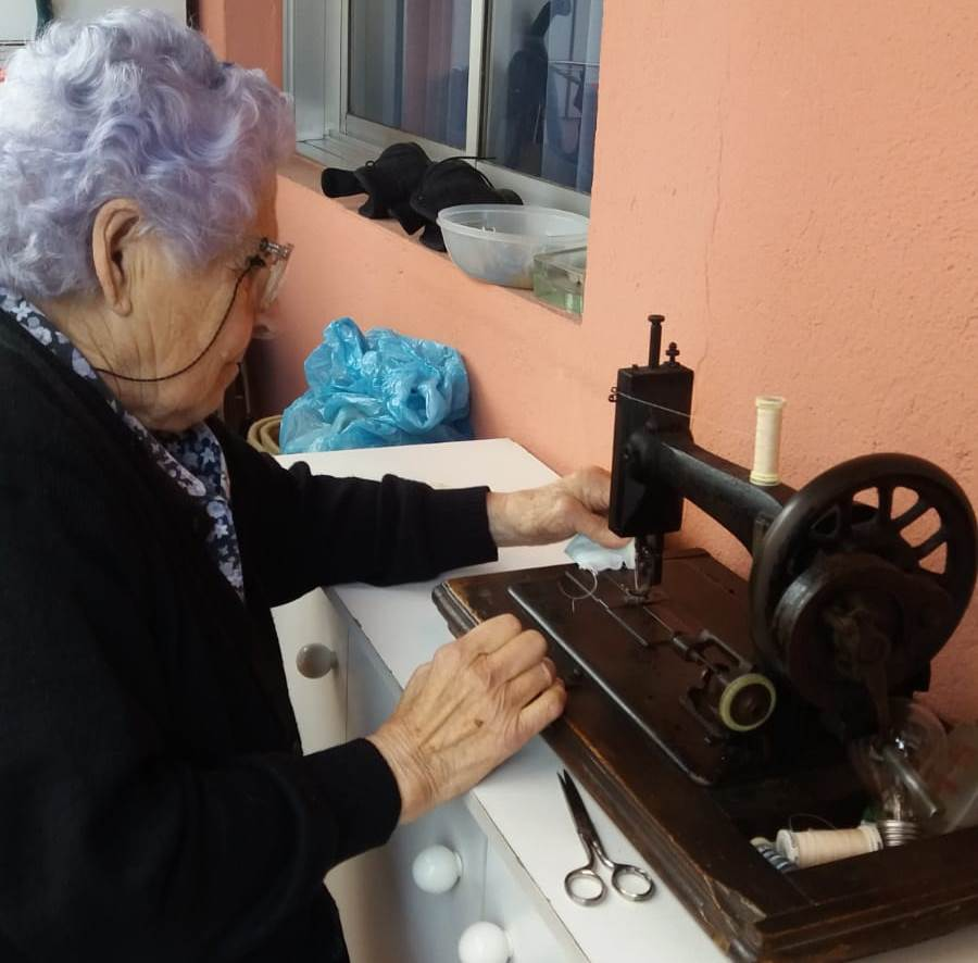 В Галисии организовали социальный проект по пошиву халатов и масок для местных больниц