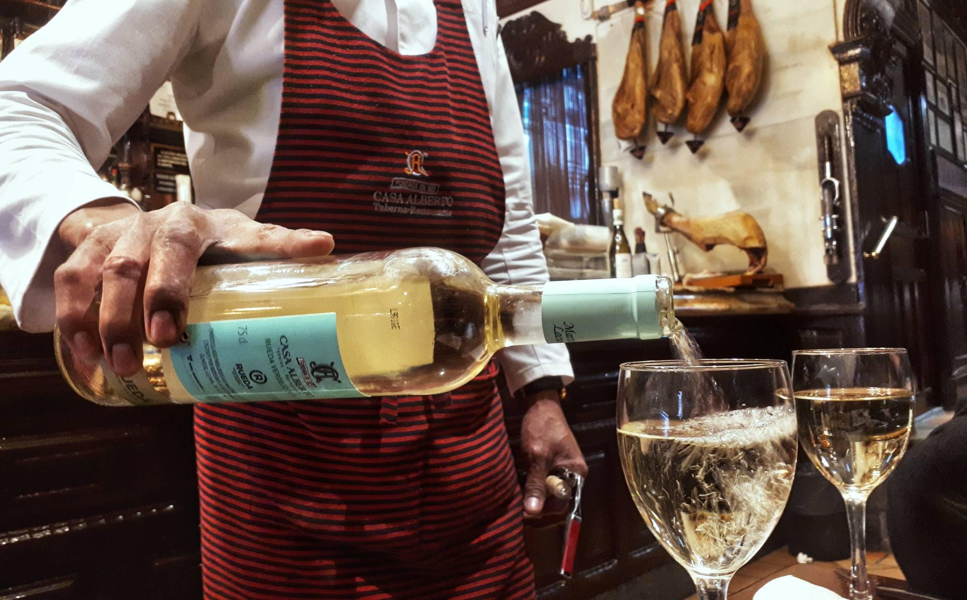 Как постоянные посетители помогают временно закрытым барам и ресторанам в Испании