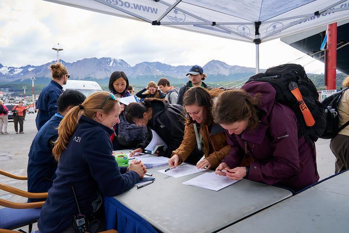 Пассажирам «Оушен Новы» перед регистрацией прямо на пирсе измерили температуру и взяли расписку, что никто из нас не был в Китае, Гонконге или Макао. Фото: Родриго Морага