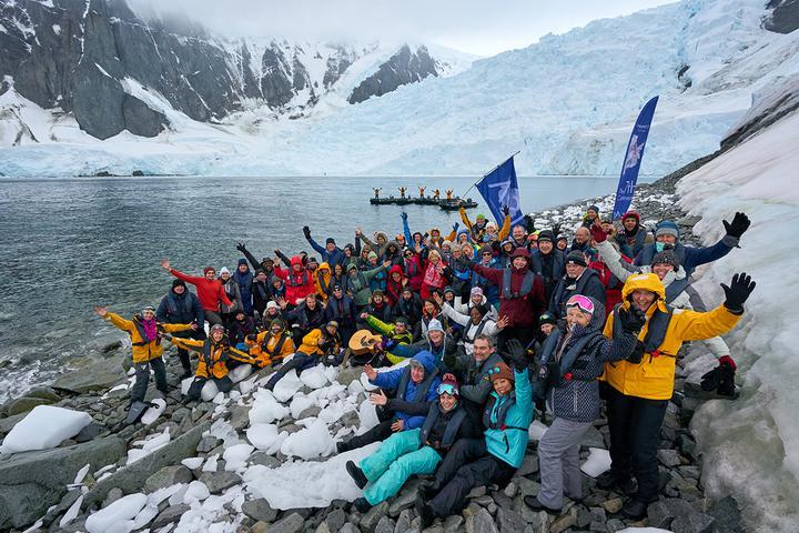 Пассажиры и экипаж «Оушен Новы» в бухте Орн-Харбор Антарктического полуострова. Фото: Родриго Морага