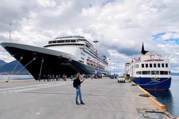 На причале Ушуаи между двумя кораблями – слева «Зандам», справа «Оушен Нова». Фото: Ксения Терешкова, TUT.BY