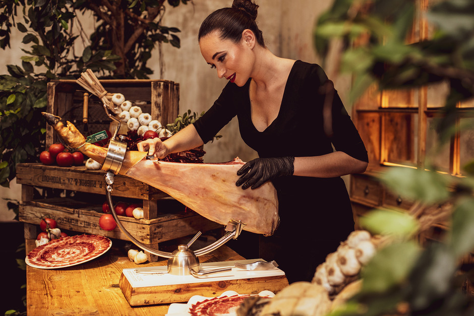 Женщина, владеющая искусством нарезки хамона