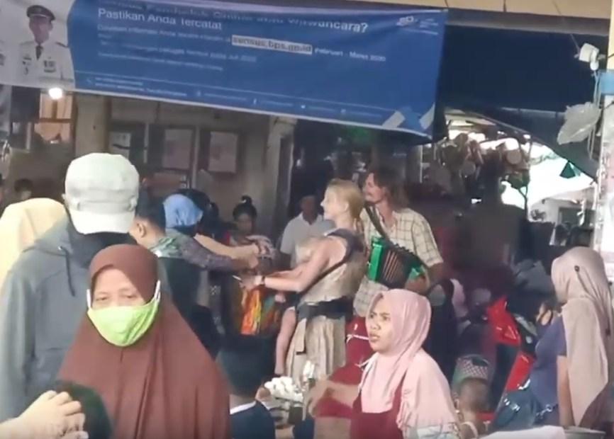 Российская пара с ребенком депортирована из Индонезии за торговлю на рынке под гармошку. Видео