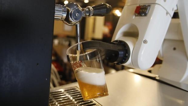 Робот наливает пиво в одном из баров Севильи, чтобы обеспечить гигиеническую безопасность