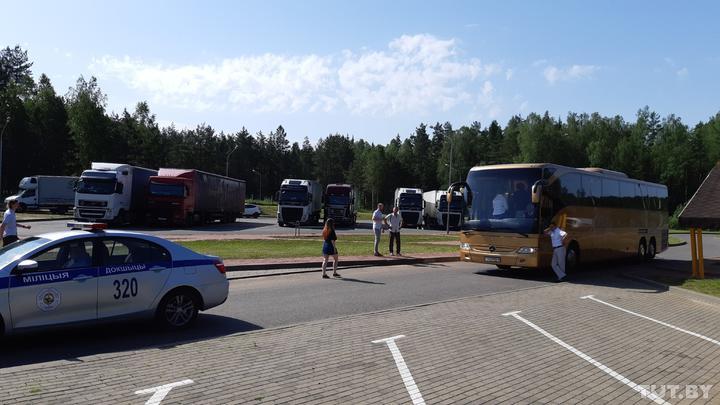 На «ковидную» стоянку для транзитных дальнобойщиков приехали туристы: ели, пели и плясали